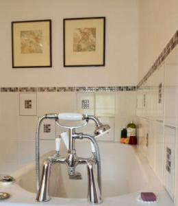 Rivel main house-bathroom1